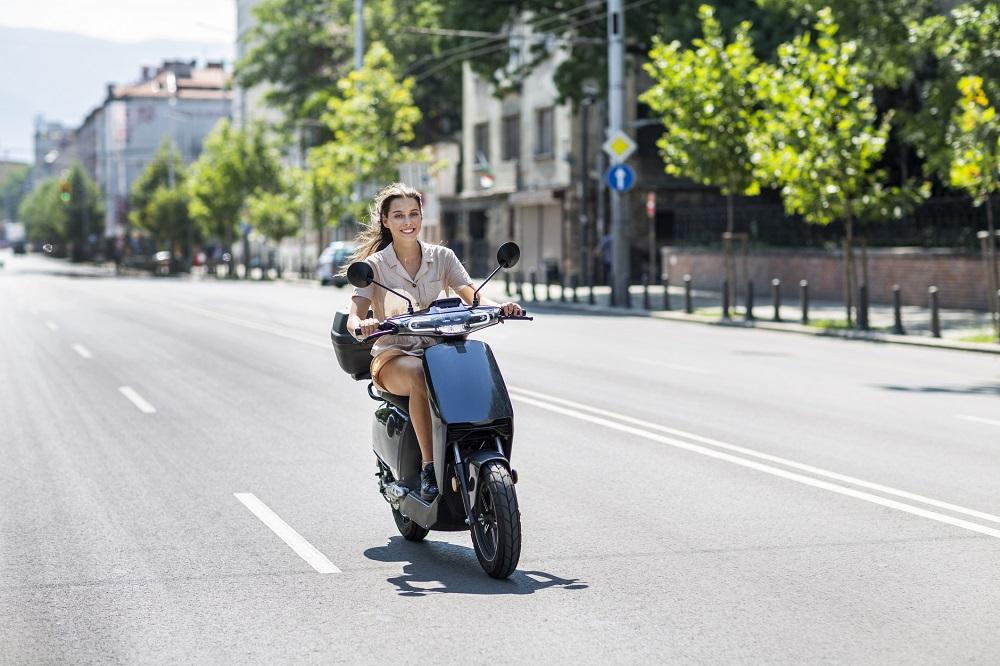 Kobieta na wypożyczonym skuterze