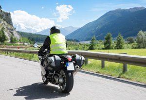 motocyklista w kamizelce odblaskowej